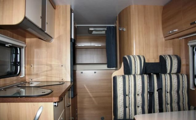 Beautiful, solid and spacious 6 person camper.