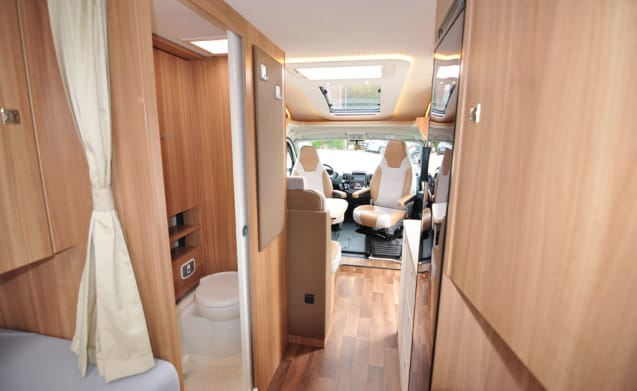 Compact enkele bedden (30) – Spacious, luxurious and almost new double camper with single beds