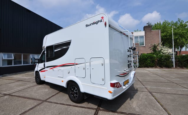Compact dwars bed (24) – Compact, luxurious and young two-person camper with a transverse bed