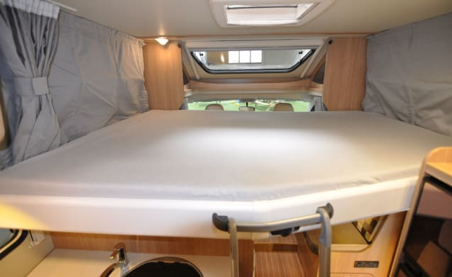 Comfort dwars bed (16) – Spacious, luxurious and almost new 4-person camper with a transverse bed and fold-out bed