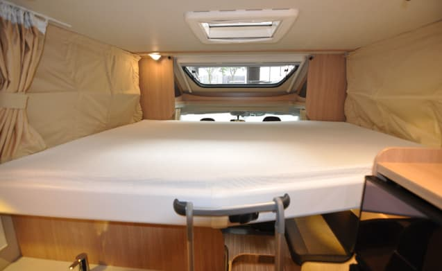 Comfort Queen bed (3) – Spacious, luxurious and almost new 4-person camper with a Queen bed and fold-out bed