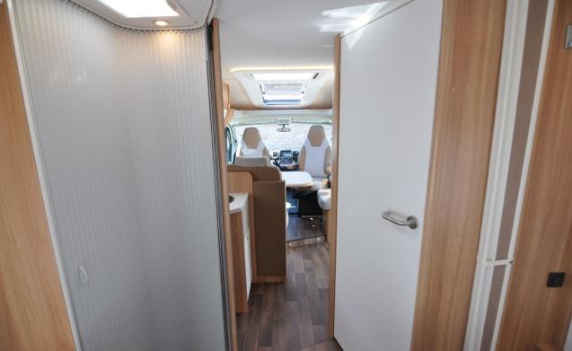 Comfort Queen bed zonder hefbed (32) – Ampio, lussuoso e quasi nuovo camper per 2 persone con letto matrimoniale