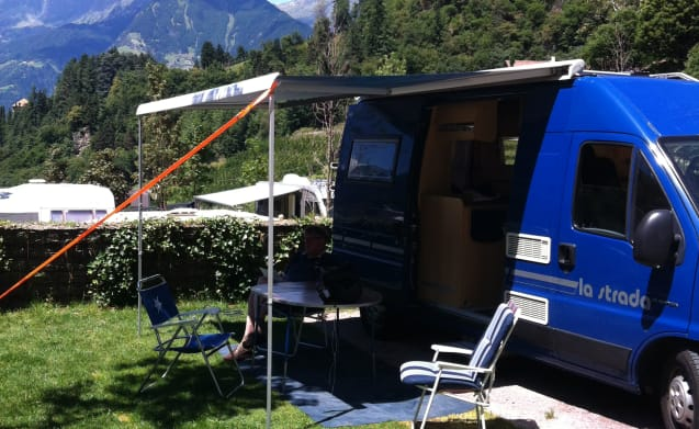 The Blue Van – Compact camper van with roof rack and 3 sleeping places, ideal!