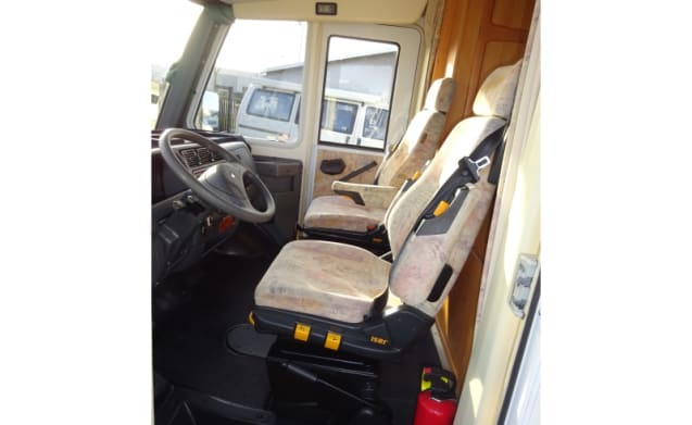 (C1 driving license required) Very Spacious 6 person Integrated 680 Eura Mobil
