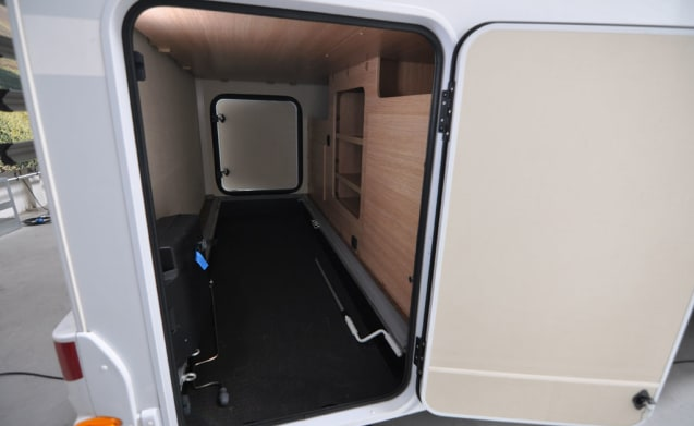 Comfort dwars bed (34) – Spacious, luxurious and almost new 4-person camper with a transverse bed and fold-out bed