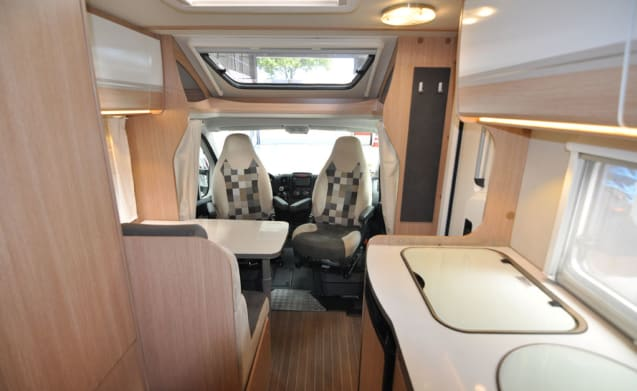 Compact Frans bed (2) – Compact, luxurious and young double camper with a French bed