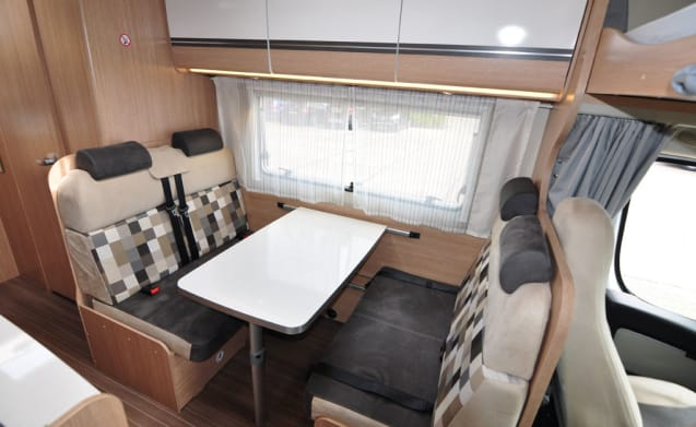Familie dubbele bedden (35) – Spacious, luxurious and almost new six-person alcove camper with double beds