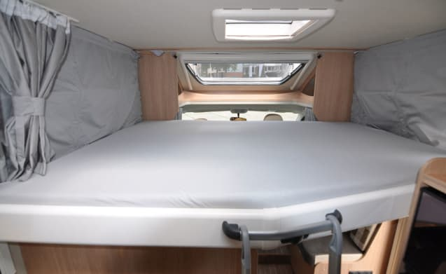 Comfort Queen bed (4) – Spacious, luxurious and almost new 4-person camper with Queen bed and fold-out bed