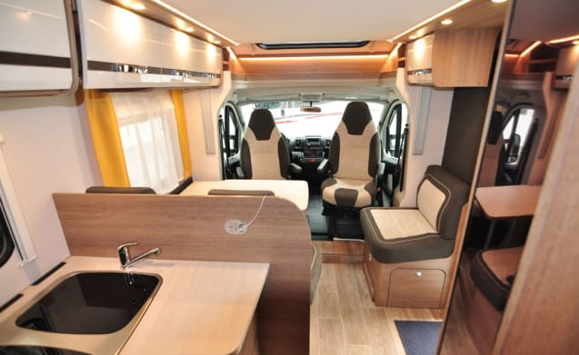 Comfort Queen bed (22) – Spacious, luxurious and almost new 4-person camper with Queen bed and fold-out bed