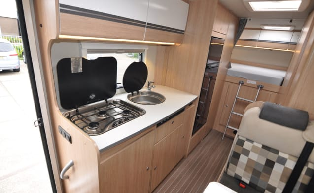 Familie dubbele bedden (5) – Spacious, luxurious and almost new six-person alcove camper with double beds