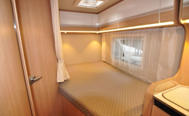 Comfort Frans bed (7) – Spacious, luxurious and young 4-person camper with French bed and fold-out bed