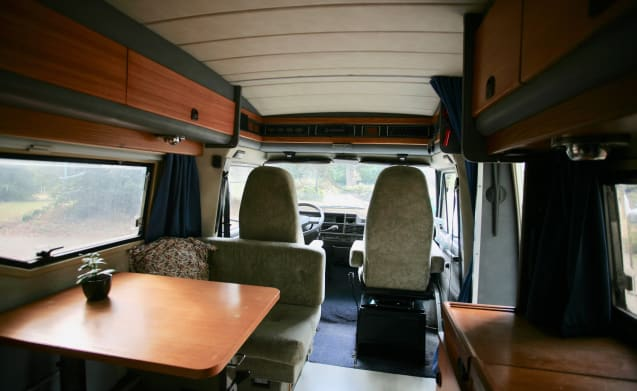 Bobby – Nice, comfortable and spacious retro camper for 3 to 4 people