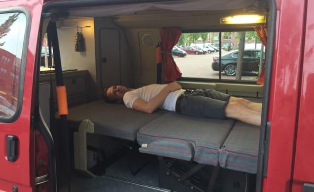 Motel Nugget – Motel Nugget - Compacte camperbus (Koud bier bij aankomst)