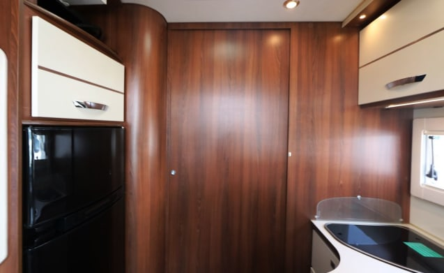 McLouis Sovereign 78 – Very luxurious, modern 5 person camper, full of real comfort