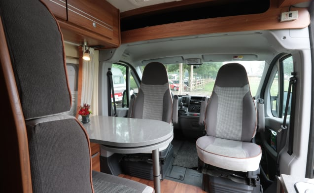 Manoeuvrable bus camper with solar cell and inverter.