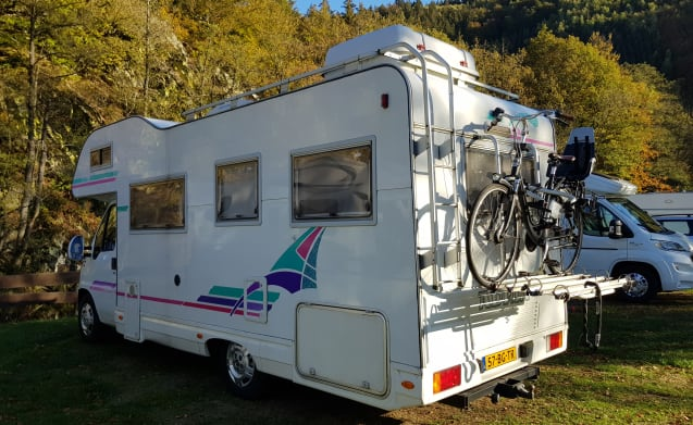 Very spacious family camper, 6 beds and indoor air conditioning!
