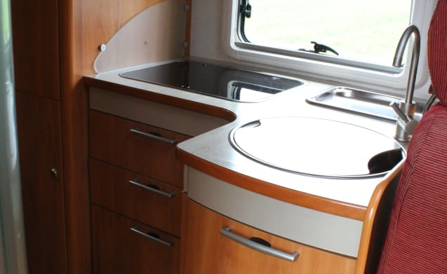 LUXURY & COMPLETE 4-PERSON HYMER CAMPER