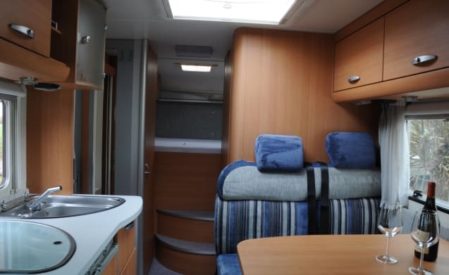 Nice compact Knaus 4-person camper with XXL garage