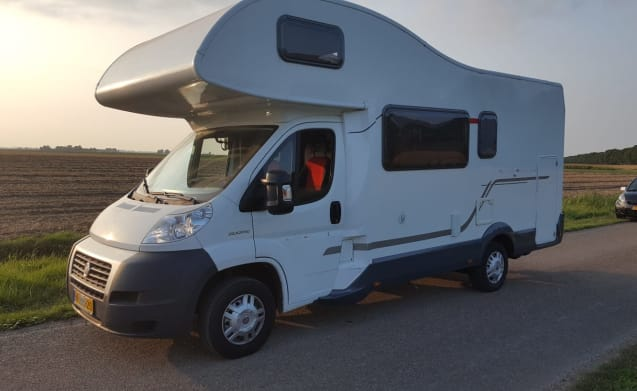 Luxurious spacious 6 person family camper with air conditioning (2x), garage and inventory.