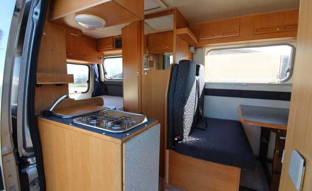 Bus camper with strong 2.8 JTD, fixed bed, wet cell and air conditioning