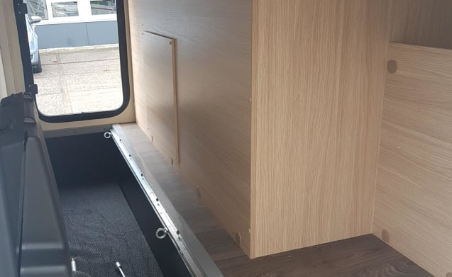 Compact dwars bed (50) – Compact, luxurious and almost new double camper with a transverse bed