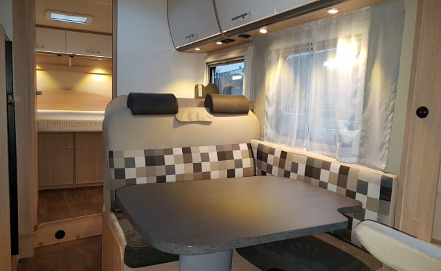 Comfort Plus Queen bed (37) – Spacious, luxurious and young 4-person integral camper with Queen bed and fold-out bed