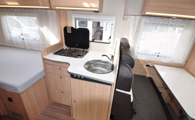 Comfort Frans bed (12) – Spacious, luxurious and young 4-person camper with French bed and fold-out bed