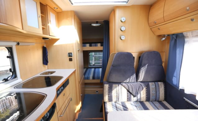6-person camper with powerful 2.8 jtd engine (123HP), air conditioning and bunk beds