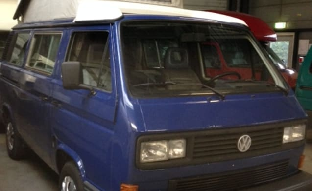 Retro VW T3 with lifting roof for rent!