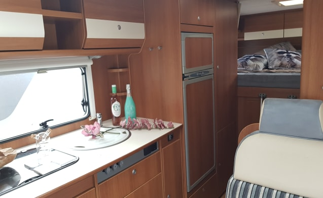 Luxury 6-person camper for rent {OFFER}