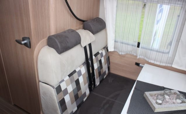 Nice camper with automatic transmission and single beds or king-size bed!