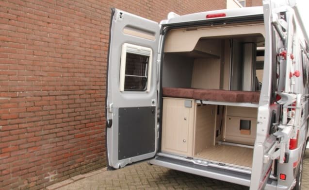 Compact bus camper with 2-person bed and automatic gearbox!