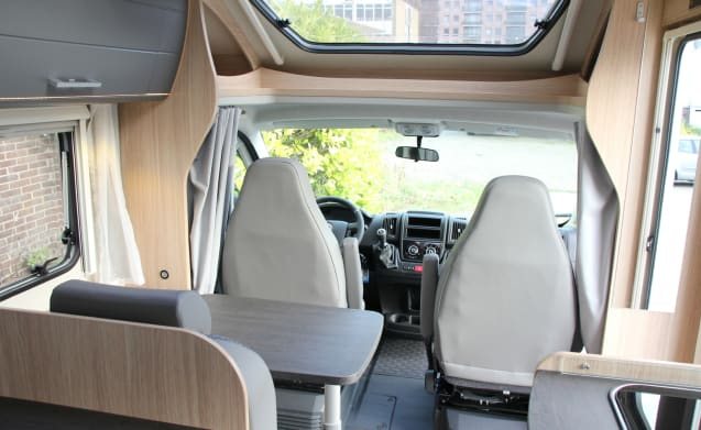 Compact and luxurious 2-person camper with fixed bed in the back!