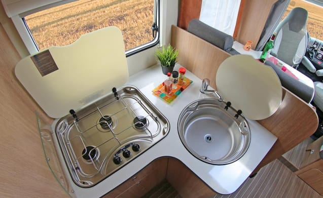 Beautiful 2-person camper with wonderful queen bed