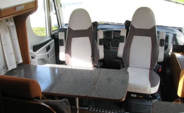 Luxurious, spacious camper with single beds!