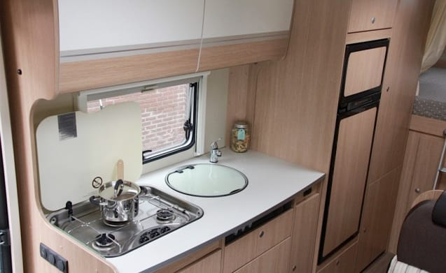 Spacious family camper with 6 sleeping places!