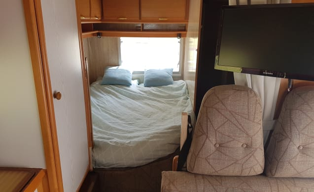 Spacious family camper with fixed bed!