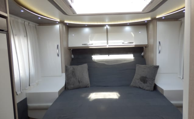 Relaxed on holiday with a luxury Sun Driver T695 ÉLÉGANCE with Qeensbed!