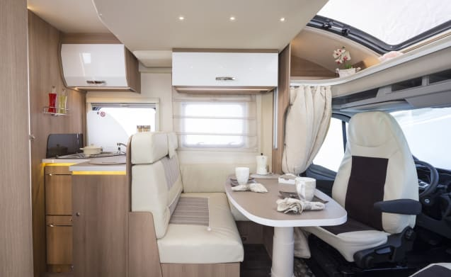 Spazioso e lussuoso ROLLER TEAM AUTO-ROLLER SEMI-INTEGRALE 284 TL con letto king-size