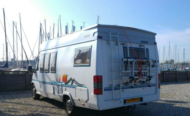 Nice spacious family camper (Hobby) with large fixed bed