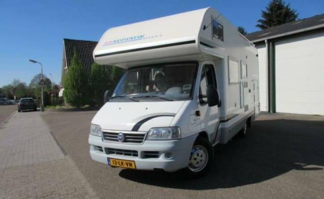 Spacious 6 pers. motorhome with 2 fixed 2 person XL beds