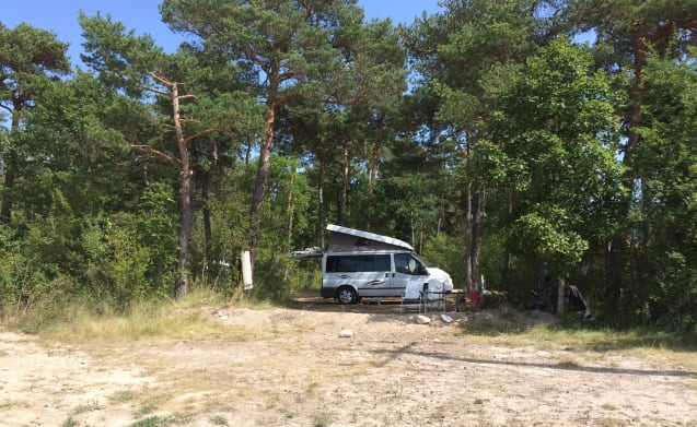 Sjaan – On an adventure with comfortable and comprehensive 4-person Ford Nugget!