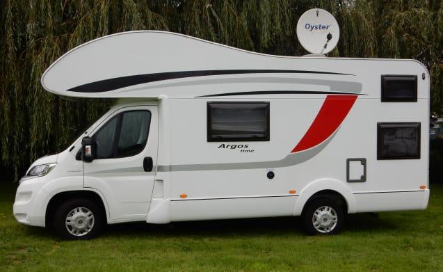 Heerlijke luxe gezinscamper voor 5 personen. – Luxury 5-person family camper Burstner 660