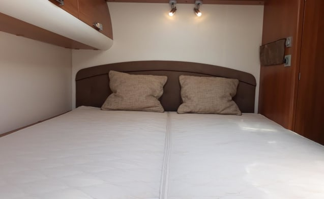 Luxury 6-person camper with air conditioning for a comfortable journey & vacation!