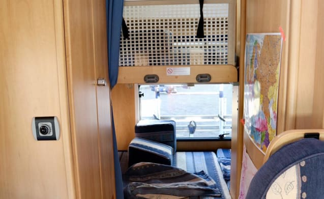 Family camper with fixed double alcove bed and bunk bed