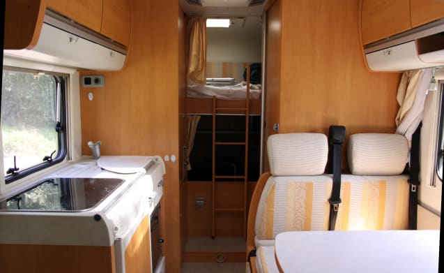 Hymer – Hymer compact 6m family camper, lots of space | 5p | alcove + bunk bed