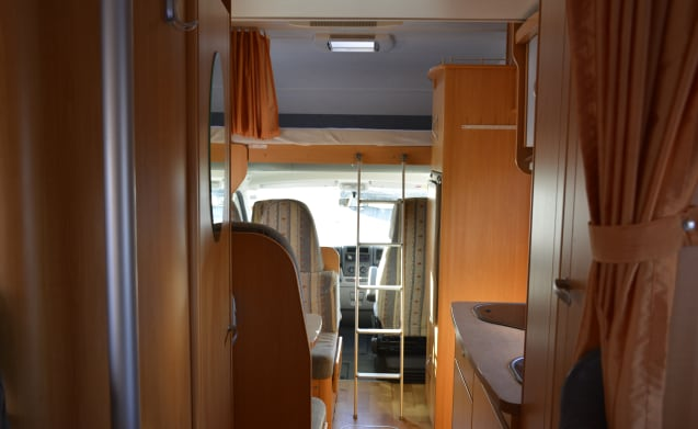 Zeer complete en ruime 5-pers LMC camper met XXL garage  – Very complete and spacious 5-person LMC motorhome with XXL garage
