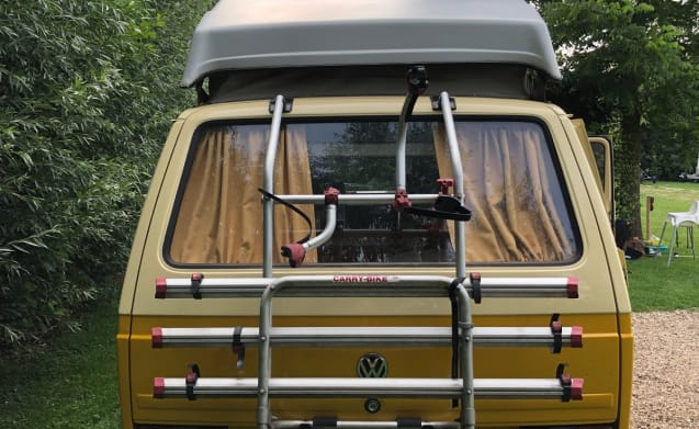 Classic volkswagen T3 with lift roof for rent!