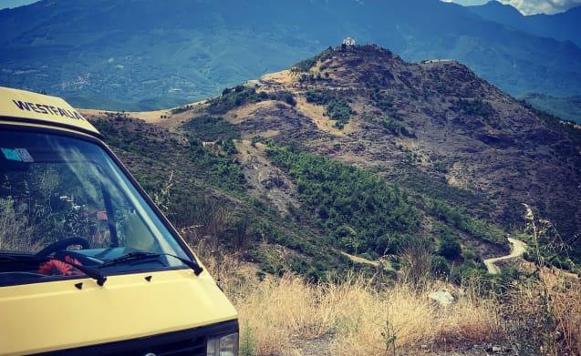 Basta  – Roadtrip in a bright yellow Volkswagen T3 westfalia