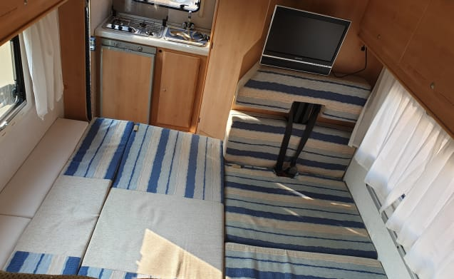 Beautiful 4-5 person camper with extra large bed (Voorschoten)